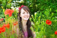 Retrato de una mujer hermosa joven en naturaleza fotografía de archivo libre de regalías