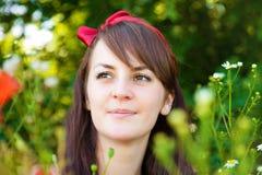 Retrato de una mujer hermosa joven en naturaleza fotos de archivo libres de regalías