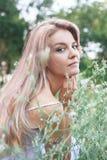 Retrato de una mujer hermosa joven en un prado de la flor fotografía de archivo libre de regalías