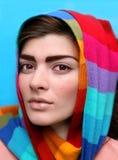 Retrato de una mujer hermosa joven en un sc brillante fotos de archivo