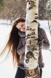 Retrato de una mujer hermosa que camina en bosque del invierno Fotos de archivo