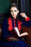 Retrato de una mujer hermosa que lee un libro Fotos de archivo