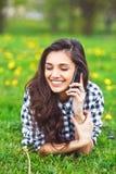 Retrato de una mujer hermosa que mecanografía en el teléfono elegante Foto de archivo