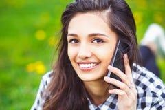 Retrato de una mujer hermosa que mecanografía en el teléfono elegante Fotos de archivo libres de regalías