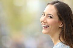 Retrato de una mujer hermosa que sonríe a la cámara Foto de archivo libre de regalías