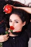 Retrato de una mujer hermosa que sostiene una manzana roja Foto de archivo