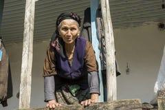 Retrato de una mujer iraní en paño tradicional con luz del sol Imagenes de archivo