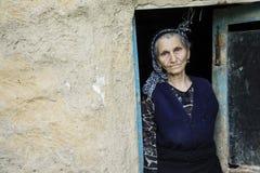 Retrato de una mujer iraní en paño tradicional en la entrada Imagen de archivo libre de regalías