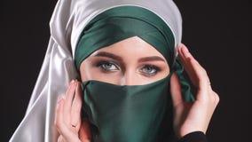 Retrato de una mujer joven árabe con sus ojos hermosos en niqab islámico tradicional del paño almacen de metraje de vídeo