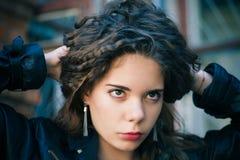 Retrato de una mujer joven al aire libre Foto de archivo