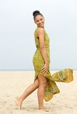 Retrato de una mujer joven alegre que camina en la playa Fotos de archivo