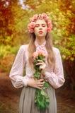 Retrato de una mujer joven atractiva imagen de archivo