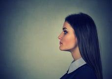 Retrato de una mujer joven atractiva fotos de archivo