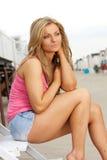 Retrato de una mujer joven atractiva que se sienta al aire libre Foto de archivo libre de regalías
