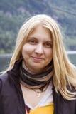 Retrato de una mujer joven con el pelo de oro Fotografía de archivo