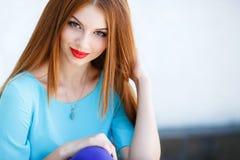 Retrato de una mujer joven con el pelo rojo Imágenes de archivo libres de regalías
