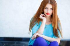 Retrato de una mujer joven con el pelo rojo Imagen de archivo libre de regalías