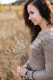 Retrato de una mujer joven con el ramo del otoño Fotografía de archivo libre de regalías