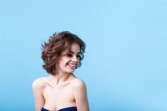 Retrato de una mujer joven con estilo Imagen de archivo libre de regalías