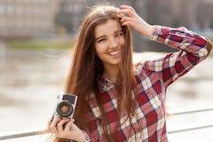 Retrato de una mujer joven con la cámara de la foto Fotografía de archivo libre de regalías
