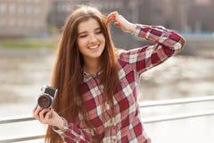 Retrato de una mujer joven con la cámara de la foto Foto de archivo