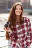 Retrato de una mujer joven con la cámara de la foto Fotos de archivo libres de regalías
