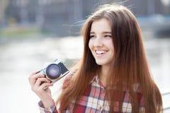 Retrato de una mujer joven con la cámara de la foto Imagen de archivo