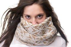 Retrato de una mujer joven con la cara de la cubierta de la bufanda Fotografía de archivo libre de regalías