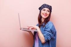 Retrato de una mujer joven con la computadora portátil Fotografía de archivo