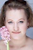 Retrato de una mujer joven con la flor fotos de archivo libres de regalías