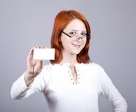 Retrato de una mujer joven con la tarjeta blanca en blanco Fotos de archivo libres de regalías
