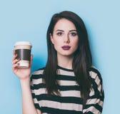 Retrato de una mujer joven con la taza de café Imagen de archivo