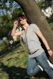 Retrato de una mujer joven con las gafas de sol Fotos de archivo libres de regalías