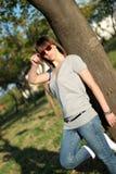 Retrato de una mujer joven con las gafas de sol Imagen de archivo libre de regalías