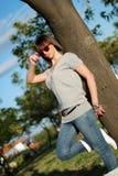 Retrato de una mujer joven con las gafas de sol Imágenes de archivo libres de regalías