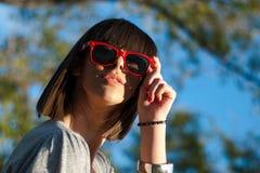 Retrato de una mujer joven con las gafas de sol Fotografía de archivo