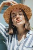 Retrato de una mujer joven con las pecas imagen de archivo libre de regalías