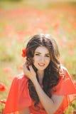 Retrato de una mujer joven con los ojos azules profundos hermosos en parque del verano foto de archivo