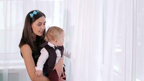 Retrato de una mujer joven con su hijo en ropa festiva hermosa almacen de video