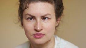 Retrato de una mujer joven con un diagnóstico médico del estrabismo Concepto de la oftalmología almacen de metraje de vídeo
