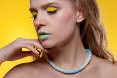 Retrato de una mujer joven con un maquillaje creativo fotografía de archivo libre de regalías