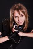 Retrato de una mujer joven con un pelo que fluye y brazos encadenados Fotos de archivo