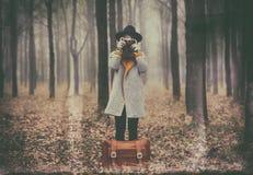 Retrato de una mujer joven con una maleta Fotografía de archivo libre de regalías
