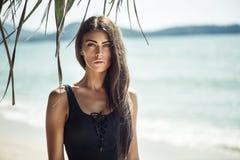 Retrato de una mujer joven, de fascinación en una playa Imagenes de archivo