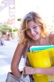 Retrato de una mujer joven de risa, estudiante con exerci colorido Foto de archivo