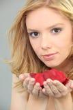 Retrato de una mujer joven del blong con los pétalos color de rosa Fotos de archivo libres de regalías