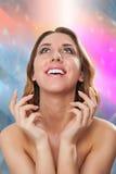 Retrato de una mujer joven desnuda con las manos elegantes Fotos de archivo libres de regalías