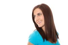 Retrato de una mujer joven en camisa de la turquesa que sonríe y que mira Imagen de archivo