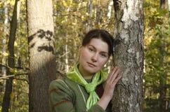 Retrato de una mujer joven en el bosque del otoño imágenes de archivo libres de regalías