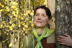 Retrato de una mujer joven en el bosque del otoño imagen de archivo libre de regalías